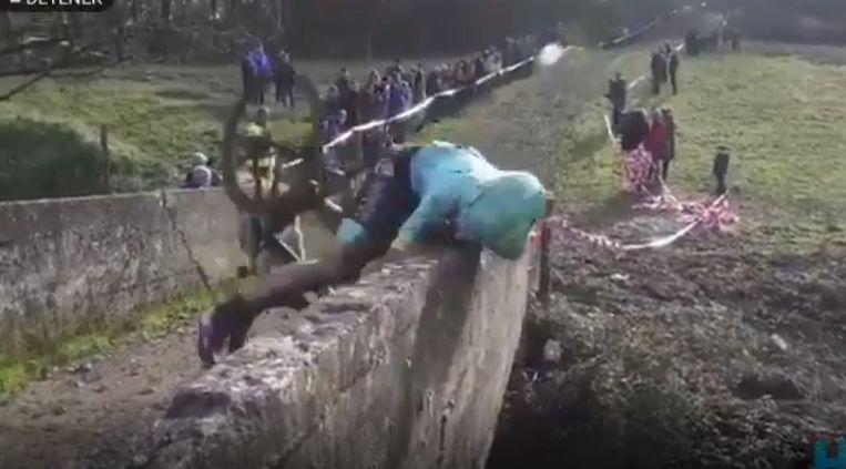 Gorka Izagirre belandde vol tegen het muurtje.