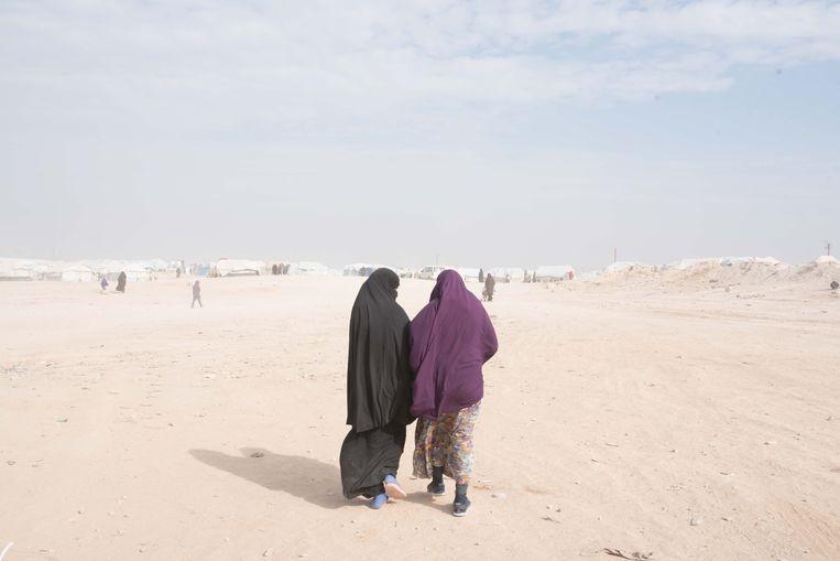 Twee tienermeisjes in een vluchtelingenkamp voor vrouwen en kinderen die voorheen in IS-gebied woonden, in het noordoosten van Syrië.  Beeld Vincent Haiges