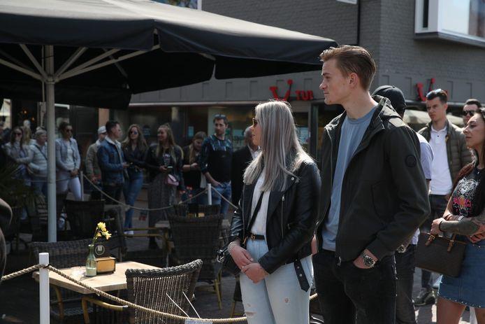 De terrassen in Helmond gingen woensdag om 12 uur weer open. Voor het terras wacht een rij klanten.