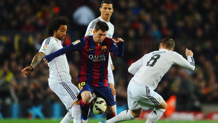 Lionel Messi baant zich een weg langs Ronaldo, Marcelo en Kroos.