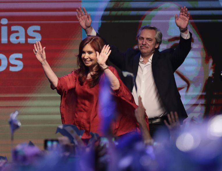 President-elect Alberto Fernandez en zijn vice-president Cristina Fernandez zwaaien naar hun aanhangers. Beeld AFP