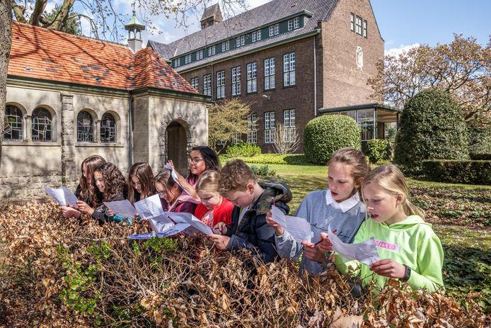 Leerlingen van de Jeroen Bosch school krijgen af en toe les buiten, zoals groep 7 hier met een verkeersles in de kloostertuin achter de school.