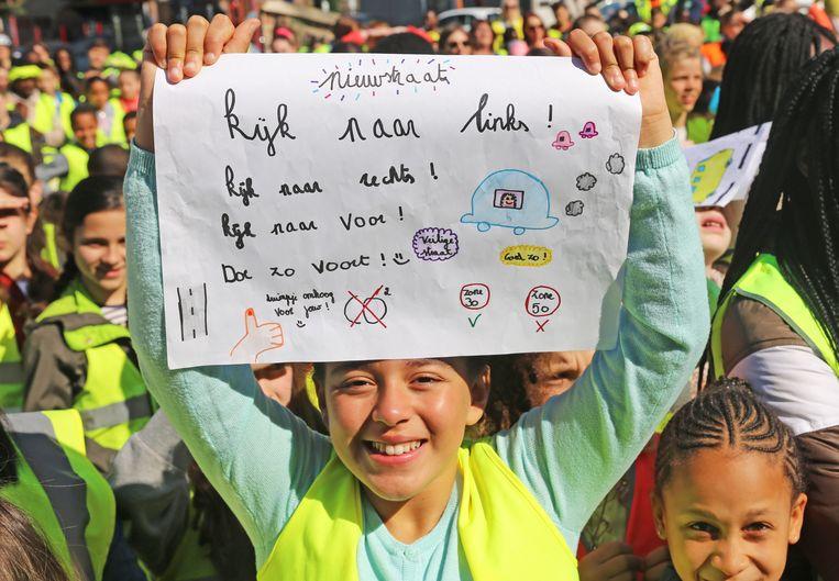 De jonge actievoerders hadden slogans mee voor een veiliger verkeer.