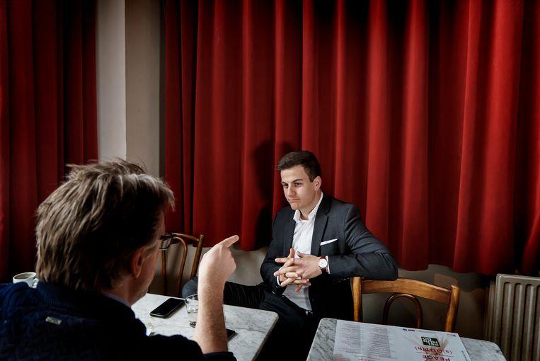 Dries Van Langenhove in gesprek met De Morgen-journalist Joël De Ceulaer. Beeld Eric de Mildt