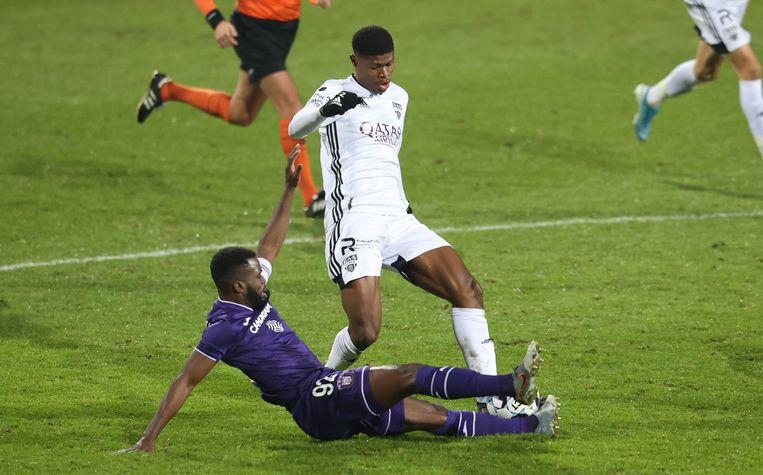 Anderlecht-back Kemar Lawrence maait Emmanuel Agbadou van Eupen onderuit, vrijdagavond in de Jupiler Pro League. Beeld BELGA