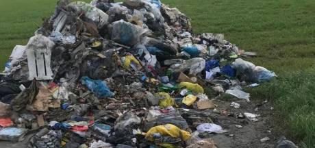 Vuilniswagen loost brandend afval op erf in Nieuwerkerk