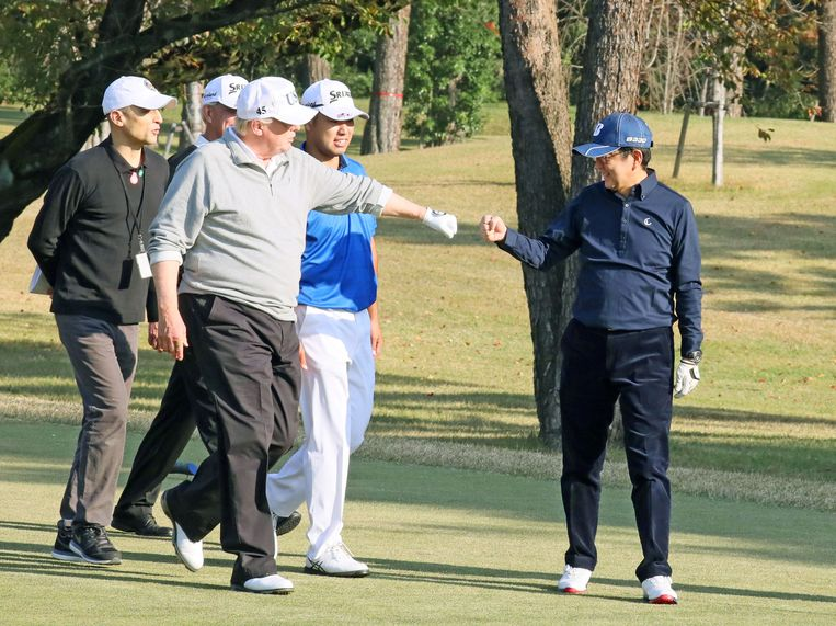 Donald Trump met de Japanse premier Shinzo Abe op het golfterrein.