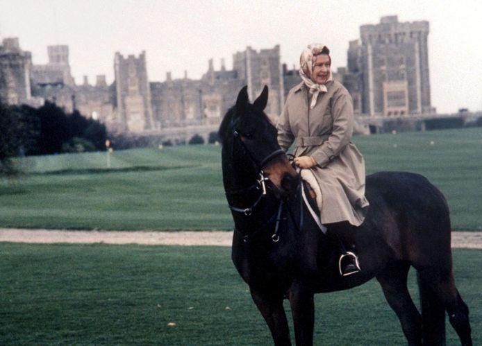 Queen Elizabeth tijdens een paardrijtocht in Balmoral. April 1992.