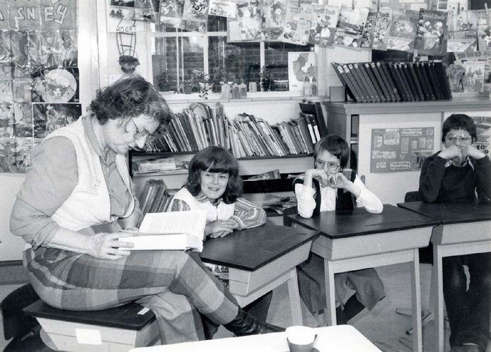 Thea Beckman leest voor uit eigen werk op de Willibrordusschool in Diessen. Zij kwam speciaal voor de presentatie van de Boekenweek naar Diessen.
