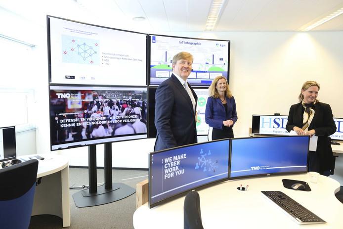 Koning Willem-Alexander tijdens een werkbezoek aan The Hague Security Delta (HSD) Campus.
