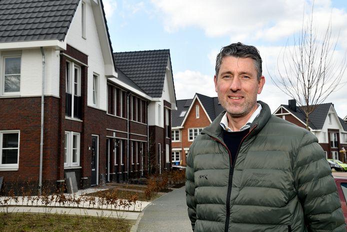 Bart Fortuijn voor zijn woning in Het Groene Woud. Net als veel buren schrok hij zich een ongeluk toen hij zijn energierekening zag.