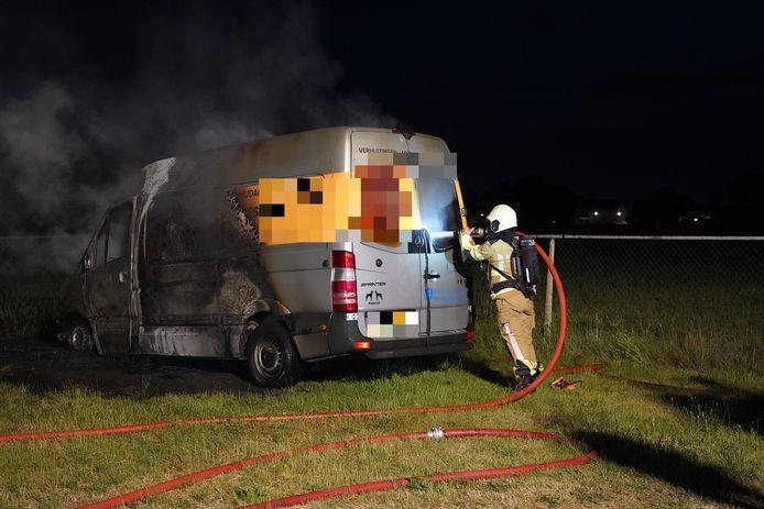 De brandweer rukte uit om te blussen, maar er bleef weinig over van het voertuig.