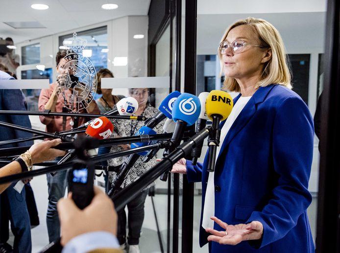 Demissionair minister van Buitenlandse Zaken Sigrid Kaag staat de pers te woord nadat ze bekendmaakte terug te treden als minister.