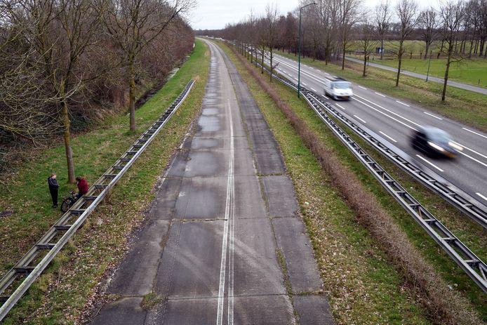 HILVARENBEEK.  Jan Stads / Pix4Profs Het viaduct over de N269 geeft een mooi uitzicht over de betonbaan die daarnaast ligt.