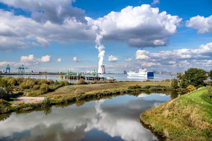Zicht op de Schelde en de kerncentrales van Doel.
