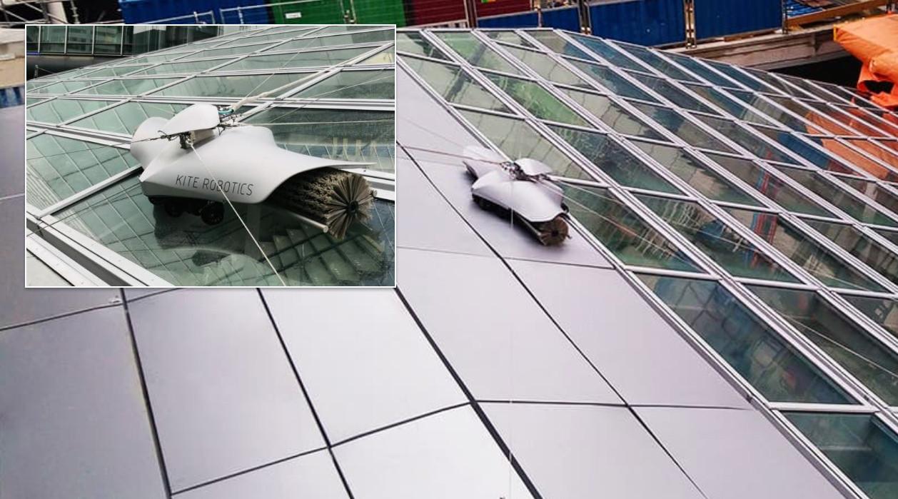De robot aan het werk op het dak tussen het CS en het tramstation.