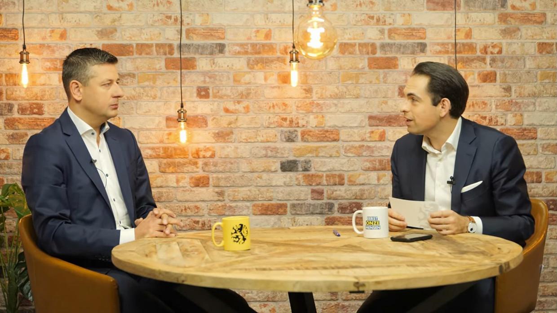 Partijvoorzitter Tom Van Grieken (r.) interviewt Vlaams fractieleider Chris Janssens. Beeld youtube