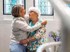 Mondkapjes af en knuffelen kan hier weer: 'Voor mensen met dementie is gezichtsexpressie zo belangrijk'