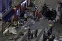 Politie en brandweer aan het werk op de plek des onheils, de Bar aux Sports in het noordwesten van Parijs.