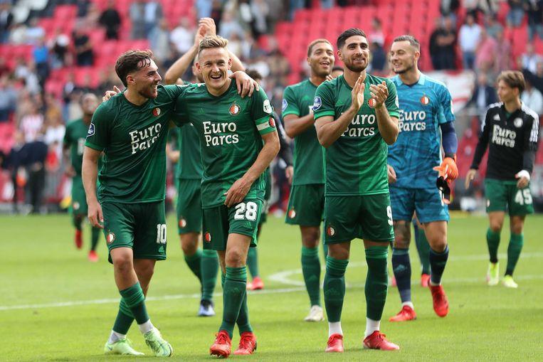 Feyenoord-aanvoerder Jens Toornstra en zijn ploeggenoten genieten na van de overwinning in Eindhoven. Beeld ANP