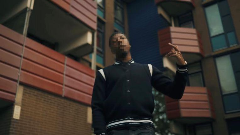 Joey AK in een clip die hij opnam in Holendrecht, Amsterdam-Zuidoost. Beeld Screenshot.