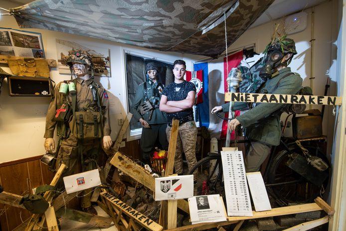Barry Orie in zijn eigen oorlogsmuseum aan de Loolaan 44 in Apeldoorn. Het is zijn grote houvast. ,,Ik moet er niet aan denken dat ik dit kwijt raak.''