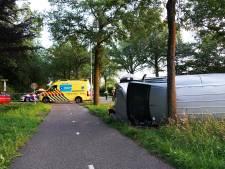 Aanrijding in Dalfsen: busje op de kant in de berm, een gewonde naar ziekenhuis