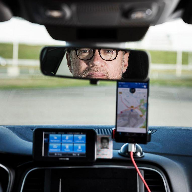 Na afloop van elke rit kan een klant de chauffeur beoordelen met 1 tot 5 sterren. Zakt de gemiddelde beoordeling onder de 4,6, dan kan de chauffeur door Uber op non-actief worden gezet. Beeld Jiri Buller