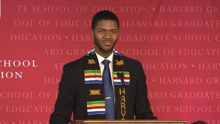 Donovan Livingston tijdens zijn afstudeerspeech aan Harvard University. Beeld kos