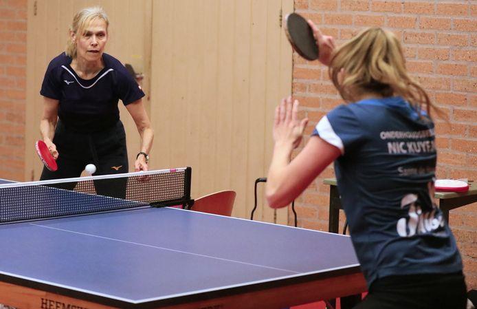 Bettine Vriesekoop neemt Sanne de Hoop onder handen tijdens een training.