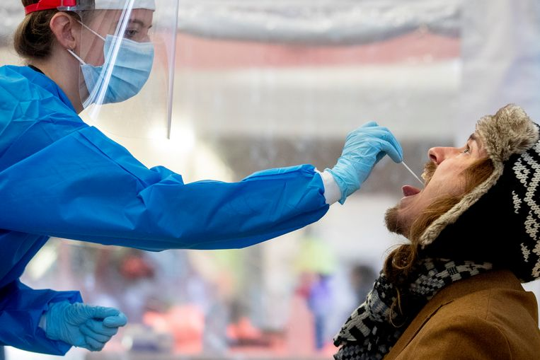 Een coronatest wordt afgenomen in Utrecht. Beeld Getty Images