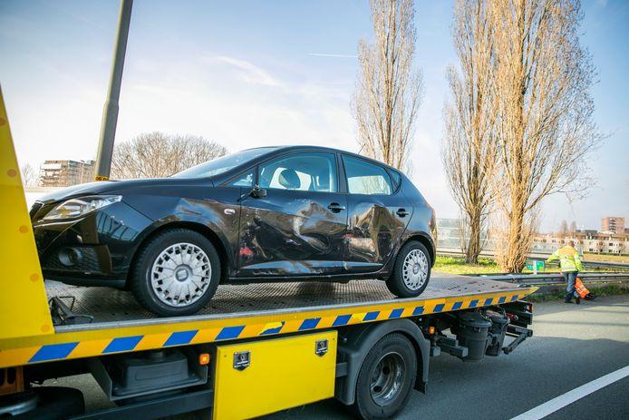 De schade aan de auto na een ongeluk bij het knooppunt Velperbroek.