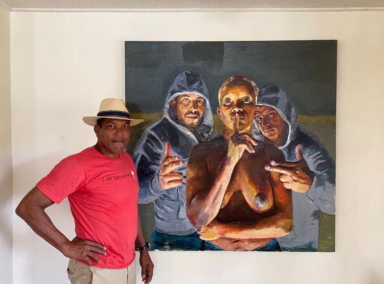 De schilder Carlos Blaaker naast zijn werk  Vrouw met beschermengelen.  Beeld