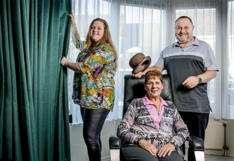 Drie generaties van de feestkledingzaak Maison van den Hoogen. Links Kitty, de dochter van Hans Suselbeek (r), en in het midden Olga van den Hoogen. Beeld Jean-Pierre Jans