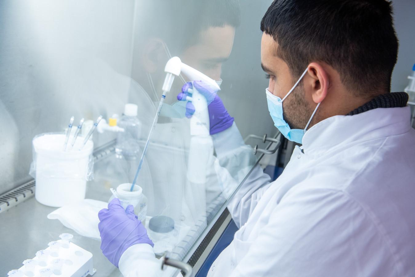 Rioolwateronderzoek in het RIVM-laboratorium.