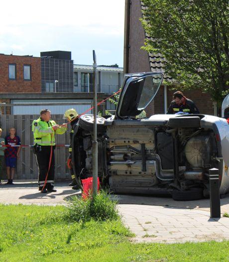 Auto belandt na botsing met paaltje op de zijkant in Bodegraven