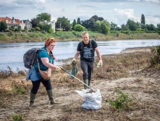 """Honderden vrijwilligers zakken af naar de Maas voor grote opruimactie: """"Toiletten, zetels en zelfs containers en een caravan... Dat komt even binnen """""""