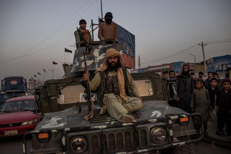 Zwaarbewapende talibanstrijders komen per jeep toe in hoofdstad Kaboel.  Beeld NYT