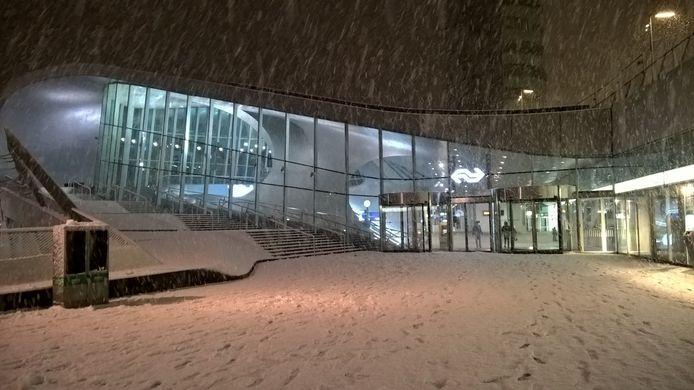 Arnhem centraal in de sneeuw.