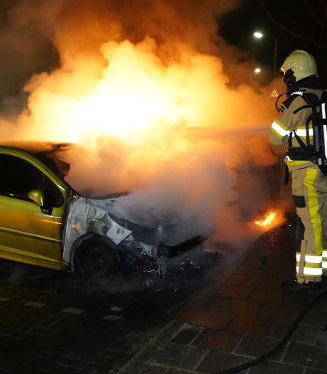 Twee auto's gaan 's nachts in vlammen op in Dedemsvaart