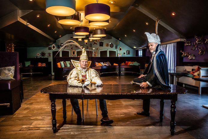 Prins van Huissen Luc van Aalten (in het wit) en Elster prins Rien Adolfs in een lege zaal van De Buitenpoort in Huissen.