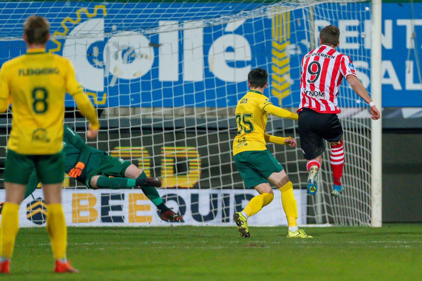 Lennart Thy (r) schiet de 0-1 binnen.