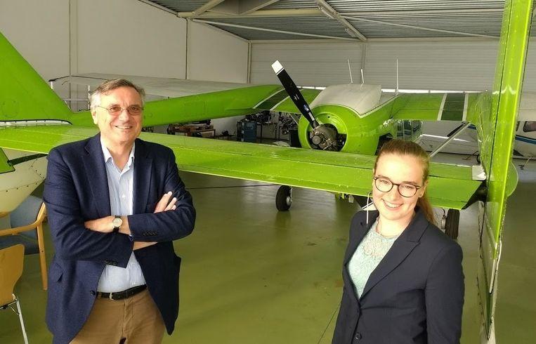 Geert Boosten van de HvA en stagiair Brigit van Schie op vliegveld Teuge voor de Cessna Skymaster die volgend jaar een elektromotor krijgt. Beeld Vincent Dekker