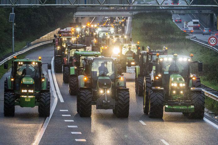Drentse boeren blokkeren met hun trekkers de snelweg A28 bij Hoogeveen.