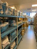 Het magazijn voor de medische hulpmiddelen is nog redelijk gevuld. Maar de ziekenhuizen verwachten tekorten.