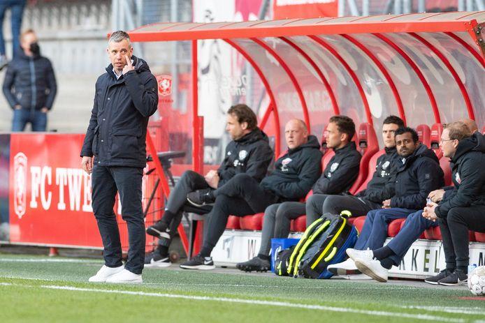 Trainer René Hake van FC Utrecht (links) tijdens het duel met FC Twente.