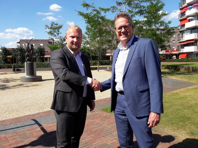 Wethouder Martijn Breukelman en HMO-directeur Han Wiendels (r) bezegelen de intentieovereenkomst voor herstructurering van winkelgebied De Spinde met een ferme handdruk.
