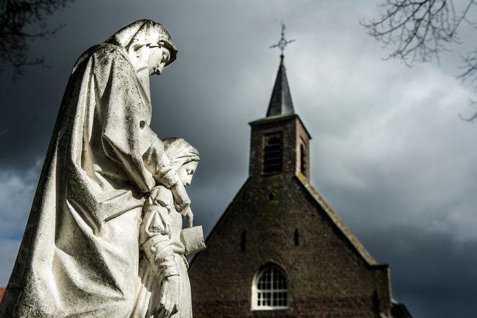 Sint Anna in Molenschot met op de achtergrond de kapel waar gelovigen kunnen bidden om een partner of een kind.