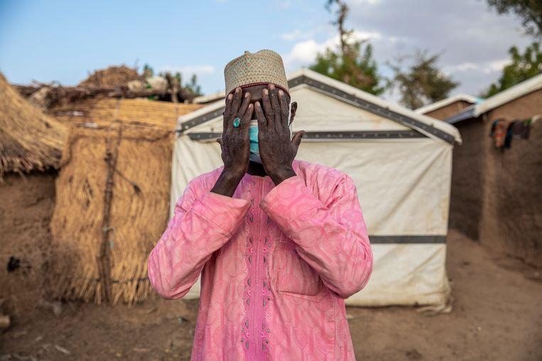 Sherif Musari, president van de ontheemdengemeenschap, bidt kort na zonsondergang in vluchtelingendorp Zamai. Hier zijn vooral op de vlucht geslagen Kameroenezen uit de grensstreek met Nigeria neergestreken.  Beeld Sven Torfinn