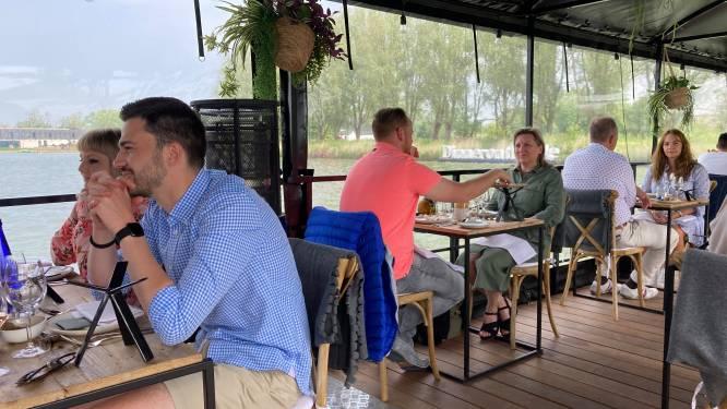 """RESTOTIP. Dinner on the lake in Zuienkerke: """"Als het weer meezit, maakt dit drijvende ontspanningsoord alle verwachtingen waar"""""""